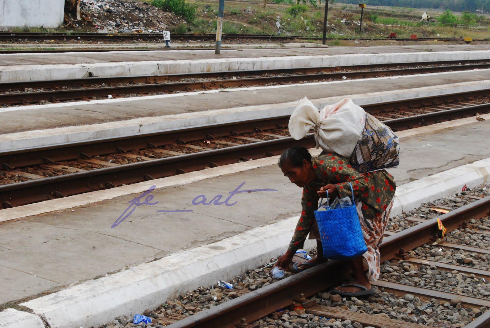 Seorang Janda Harus Bekerja Untuk Cari Uang Sambil Membesarkan Anak