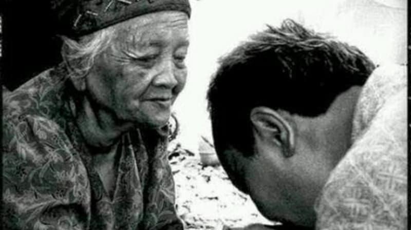 Saat Kecil Anak Dirawat dan Dinafkahi Orang Tua. Ketika Sudah Besar Anak yang merawat dan menafkahi orang tua.